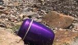 На берег моря рядом с жилым районом во Владивостоке вынесло урну с прахом женщины