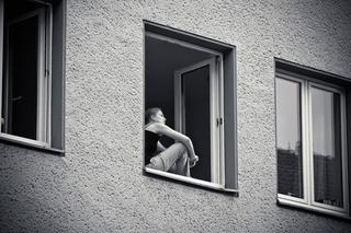 В Уссурийске женщина выпала из окна многоэтажки