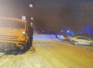 Таксист влетел под колеса КАМАЗа в Уссурийске