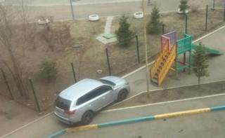 Дорогую машинку оставил на детской площадке великовозрастный «малыш»