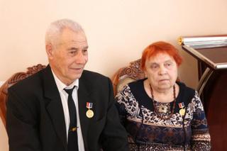 Супружескую пару наградили знаком «Семейная доблесть»