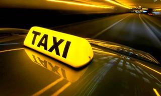 В Уссурийске женщина разбила окно в такси и скрылась