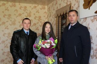 Ключи от новой квартиры вручили сироте в Уссурийске